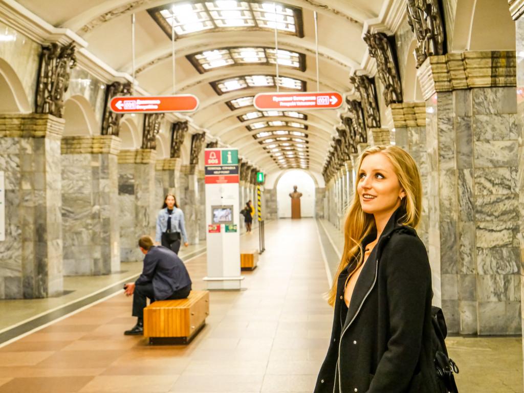 """Ich war einfach komplett überwältigt von der roten Linie, wo die Metro überall hält.. Das ist die Metro-Station """"Kirovsky Zavod"""" in Sankt Petersburg"""