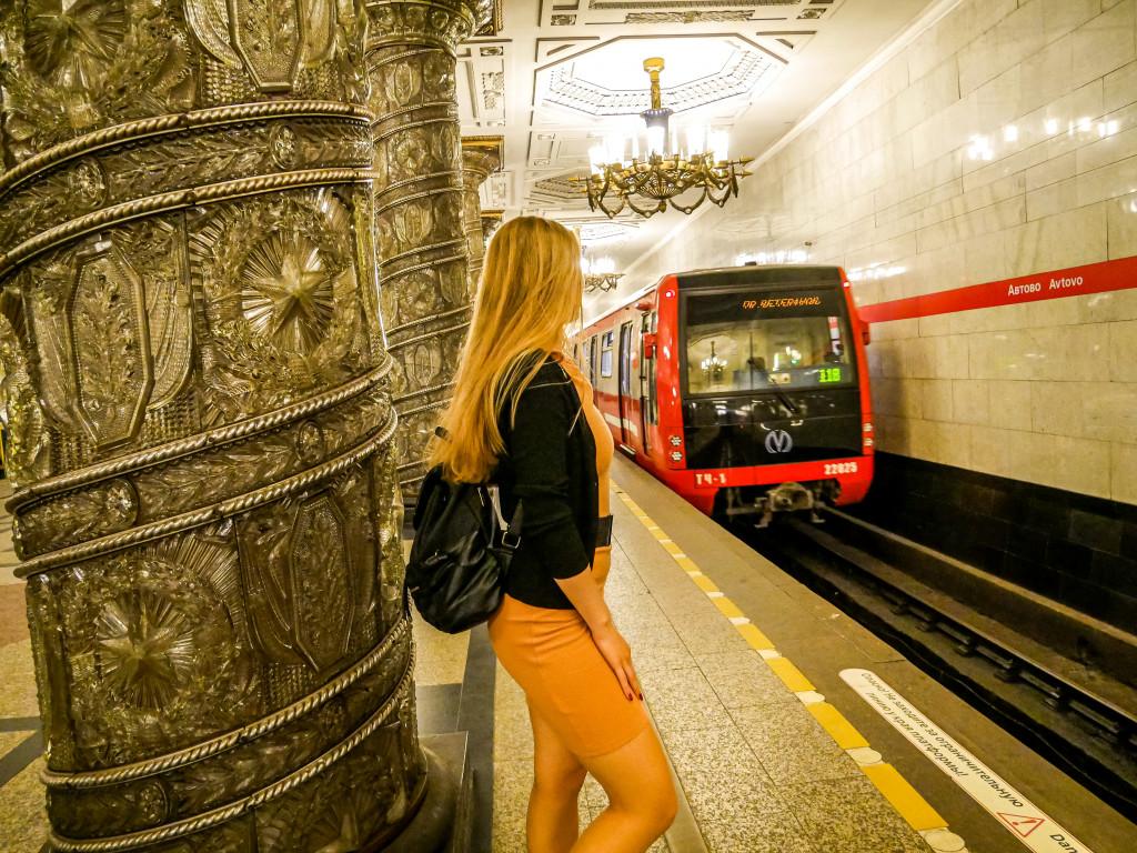 Ein abfahrender Zug in der Metro-Station Avtovo (А́втово) in Sankt Petersburg.