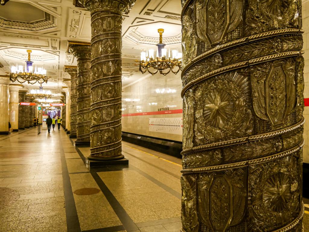 Seit dem 15. November 1955 kann man täglich die Metro-Station Avtovo (А́втово) in Sankt Petersburg bewundern und bestaunen.