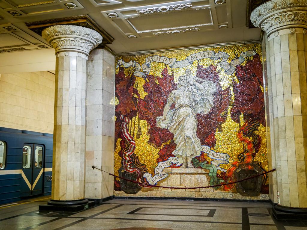 Die vielen Mosaik-Gemälde in den einzelnen Metro-Stationen in Sankt Petersburg sind der reinste Wahnsinn! So schön!!