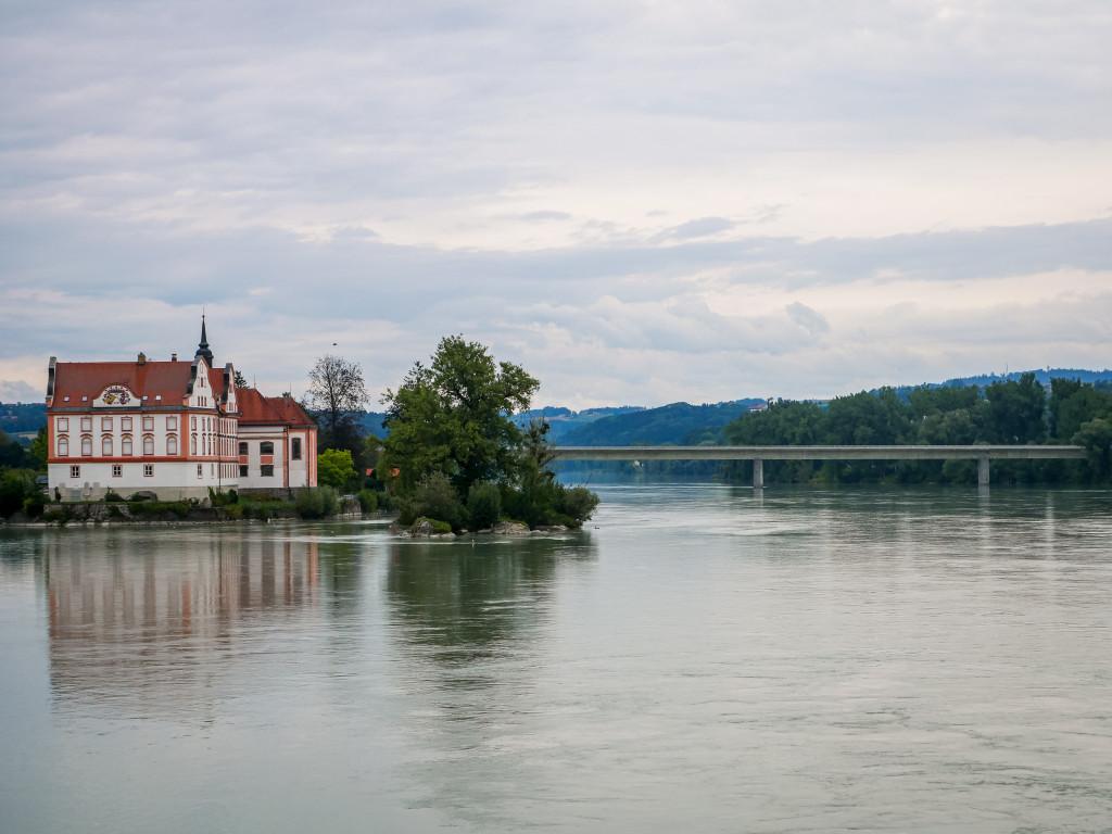 Auf der deutschen Seite kann man das Kloster Neuhaus bewundern. Im Hintergrund befindet sich die neue Innbrücke.