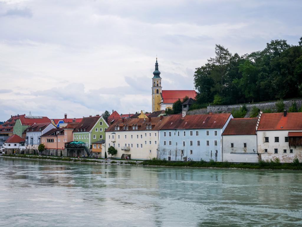 Auf der österreichischen Seite kann man die ersten Häuser der Stadt Schärding erkennen.