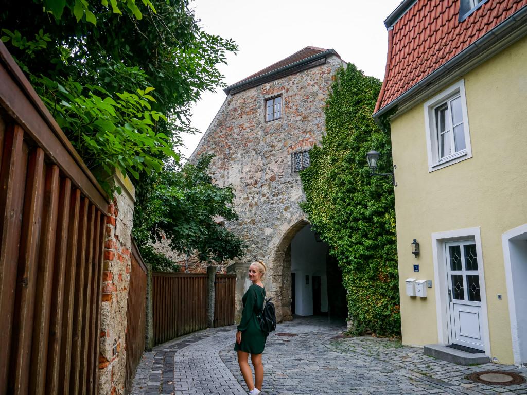 Das ist das Schlosstor, in welchem früher der Burghüter gelebt hat.