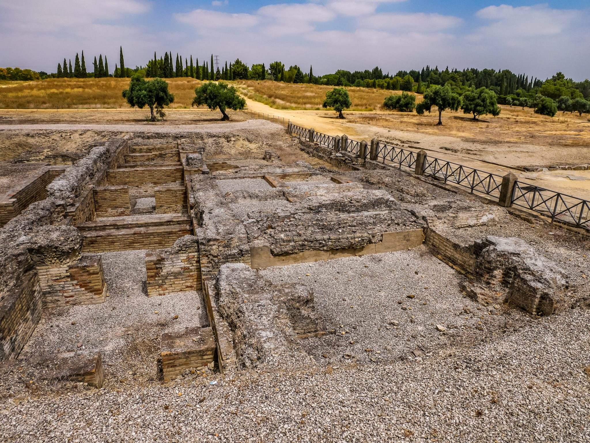 Viele Ruinen von Häusern und Tempeln kannst du in der Römerstadt Itálica entdecken.