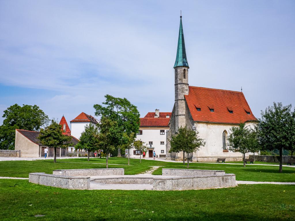 Das ist die äußere Schlosskapelle (Hedwigskapelle), welche aus dem Jahre 1489 stammt und als Juwel spätgotischer Baukunst zählt.
