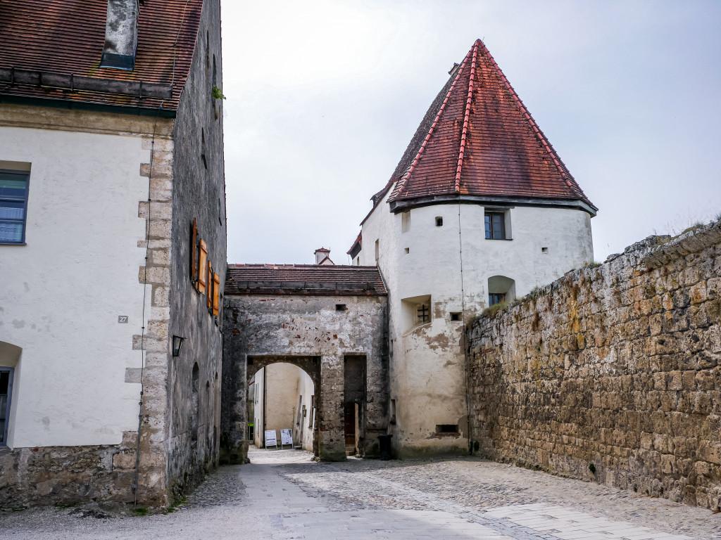 Rechts ist der Folterturm. Er markiert gemeinsam mit dem Zucht- und Arbeitshaus (links) den Eingang zum 4. Hof der Burg von Burghausen.
