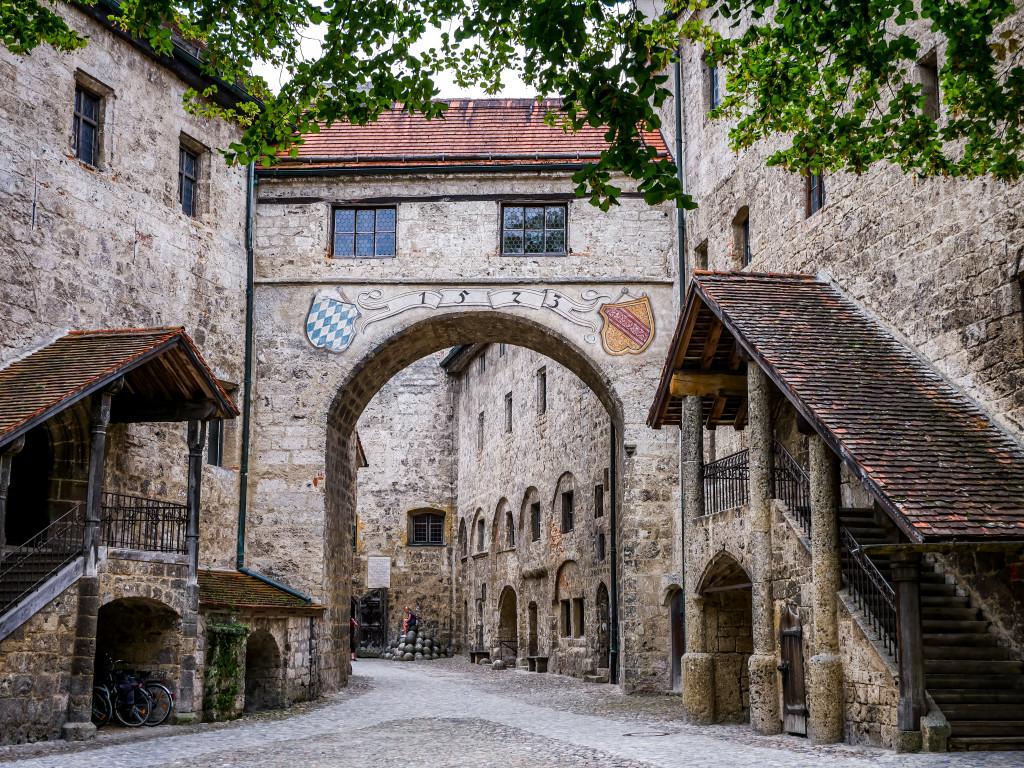 Der Schwibbogen erinnert an das 15. Jahrhundert und an die Heirat von Wilhelm IV. und Jakobäa von Baden.