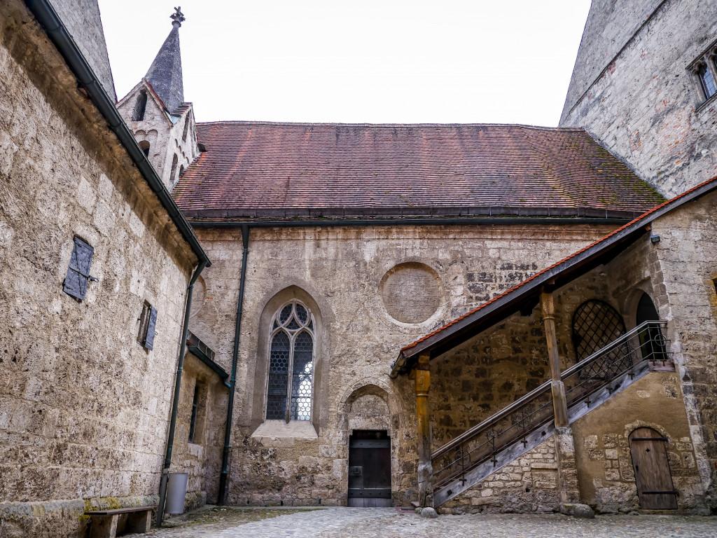 Dies ist die innere Schlosskapelle (Elisabeth-Kapelle), welche die älteste gotische Kirche im südbayerischen Raum ist.