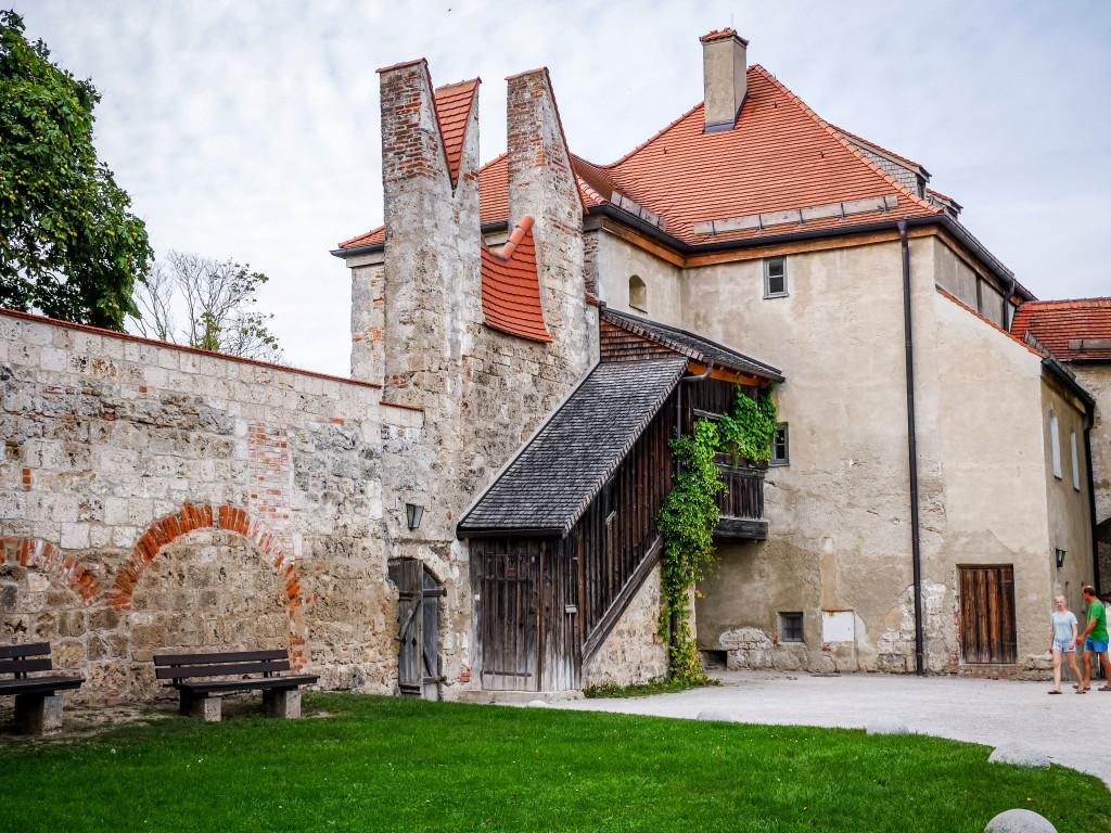 """Dies sind die zwei Schwalbenschwanzzinnen oder auch """"Schwurfinger"""" der Burg von Burghausen."""