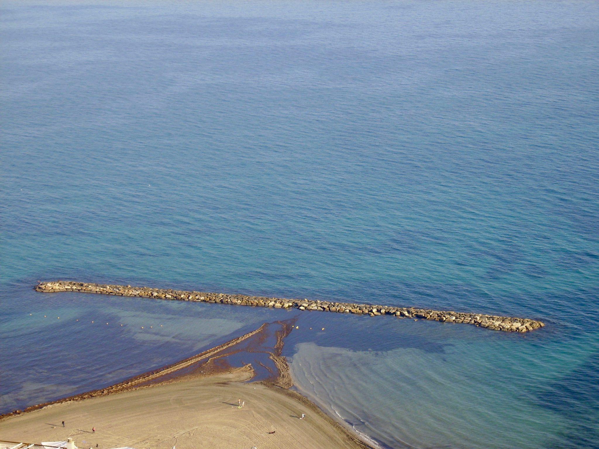 Alicante: Blick von der Burg auf einen Teil des Strandes