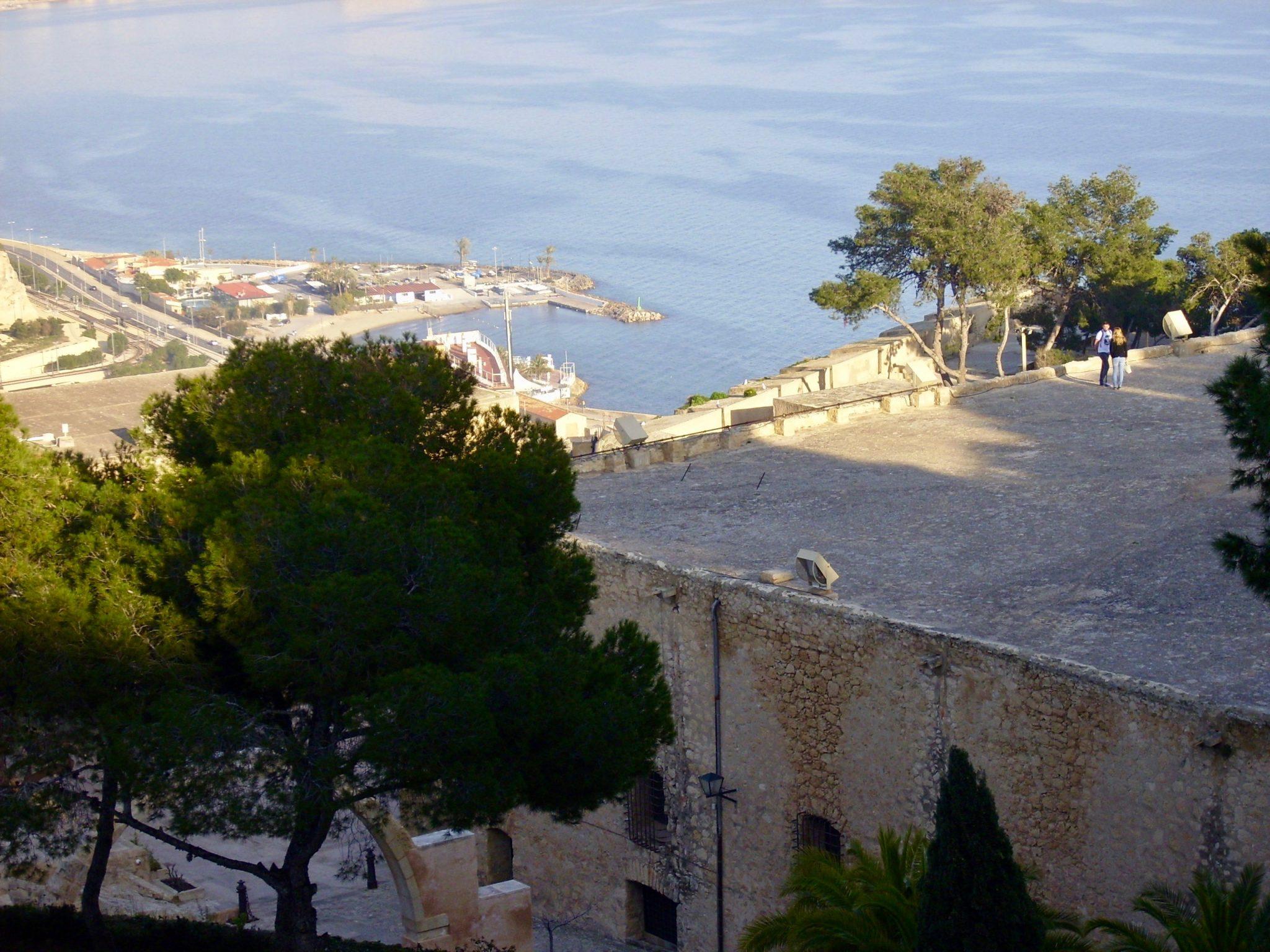 Alicante, Castillo de Santa Bárbara: Die verschiedenen Ebenen der Burg kannst du deutlich erkennen.