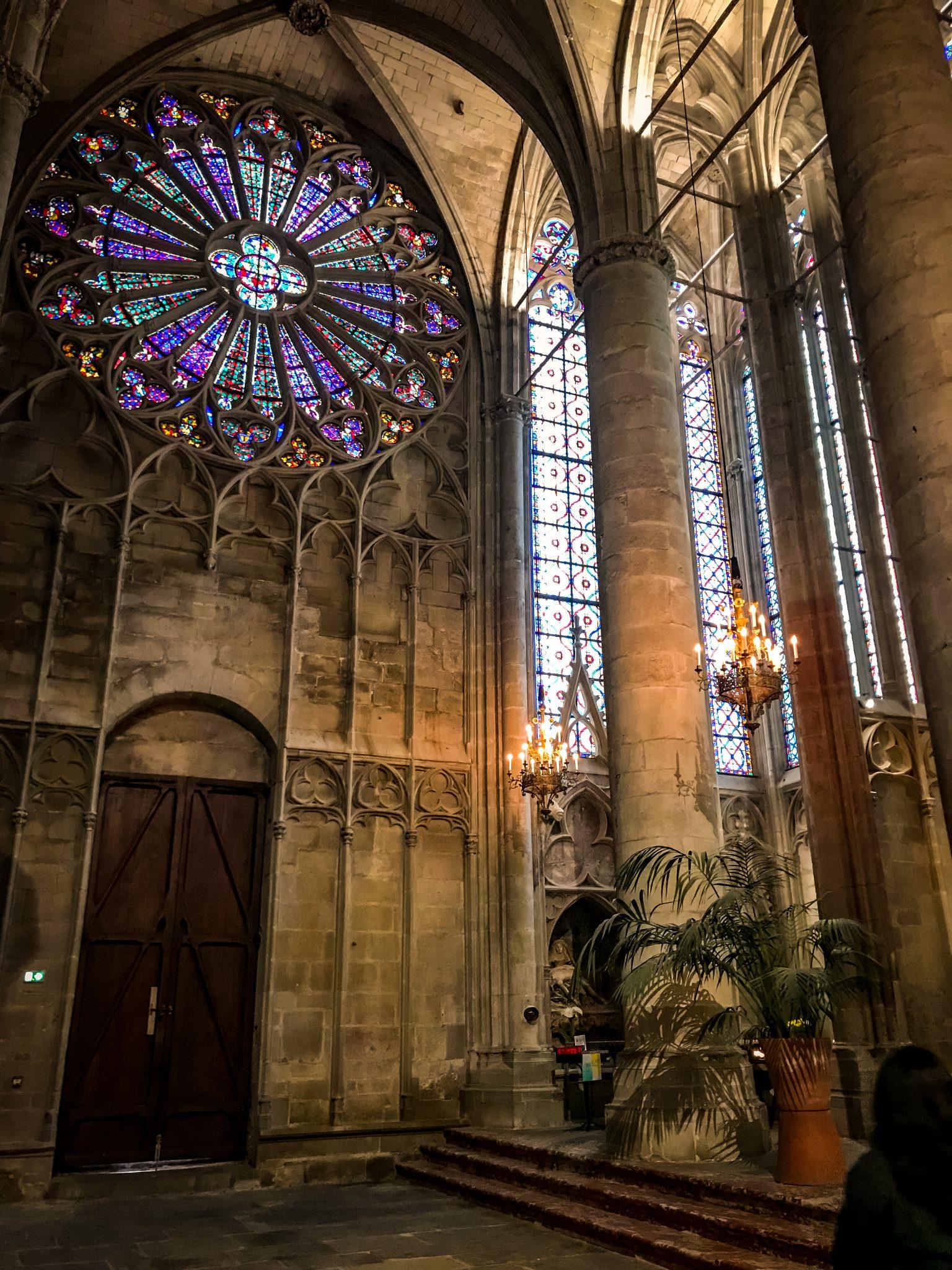 Von den Mauern aus kann man die Basilika Saint Nazaire sehr gut erkennen.