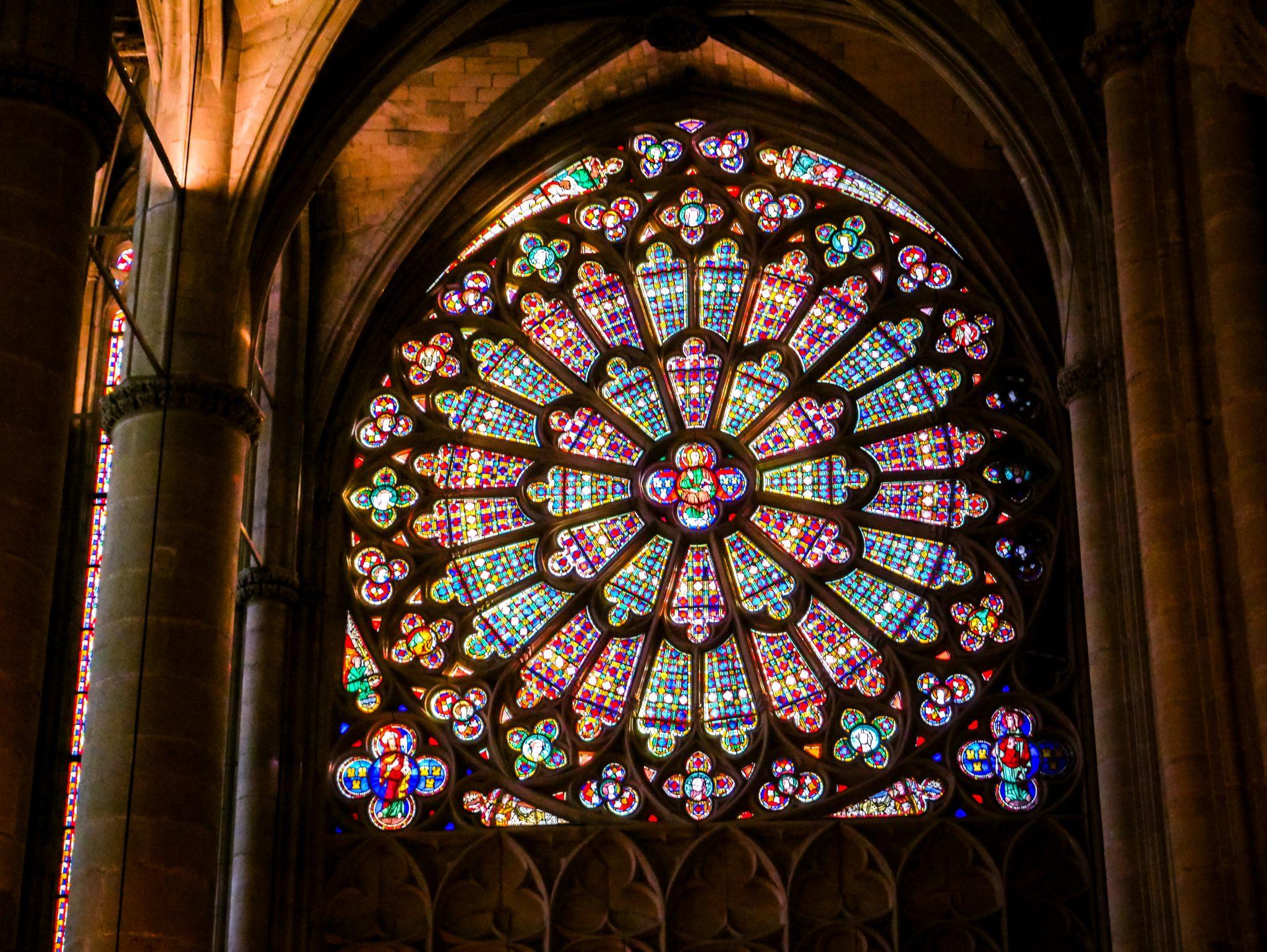 Dieselben beiden Fensterrosen kannst du auch im Notre Dame in Paris bewundern.
