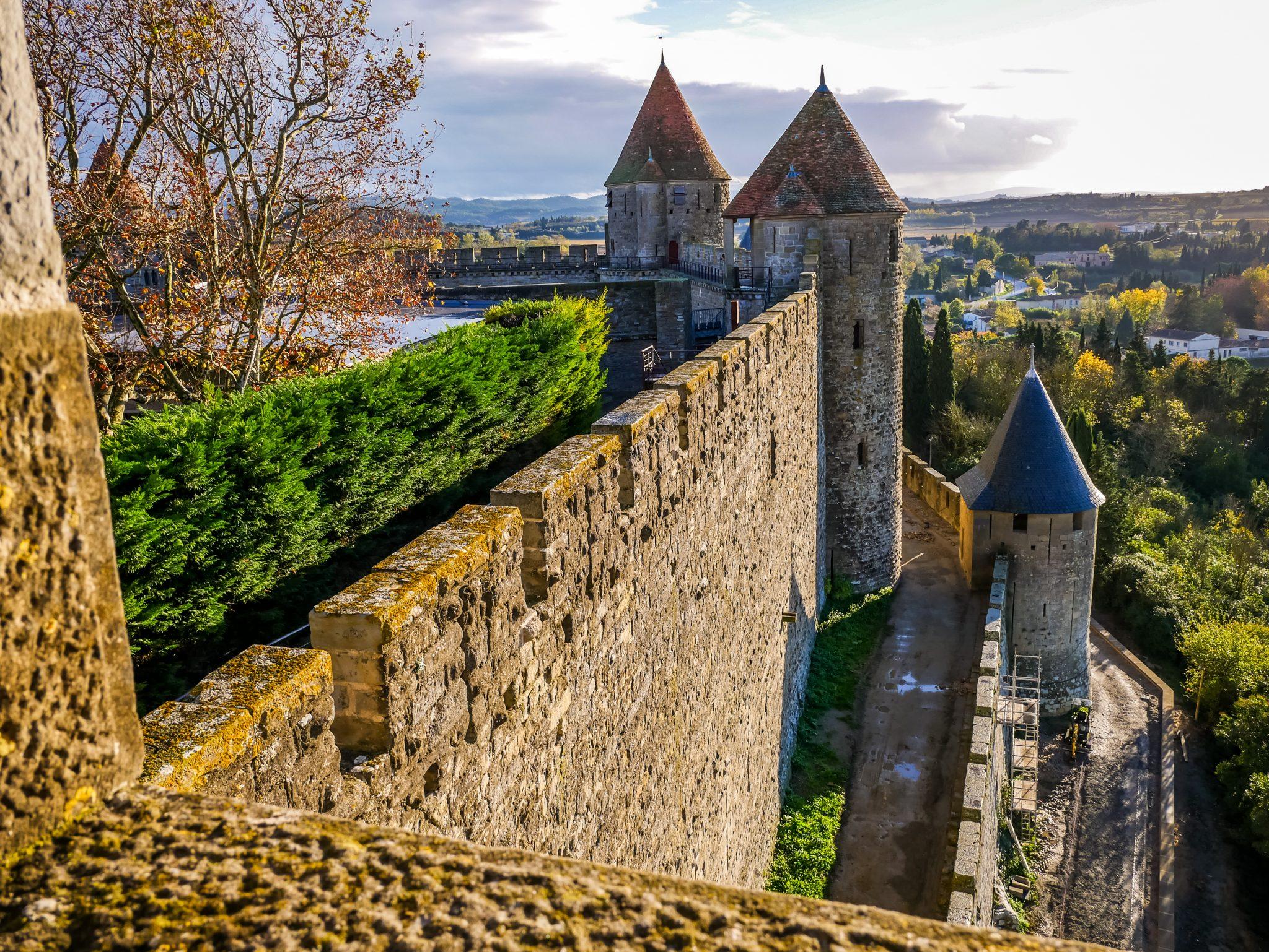 Die Festung (Cité de Carcassonne)thront majestätisch auf einem Hügel.