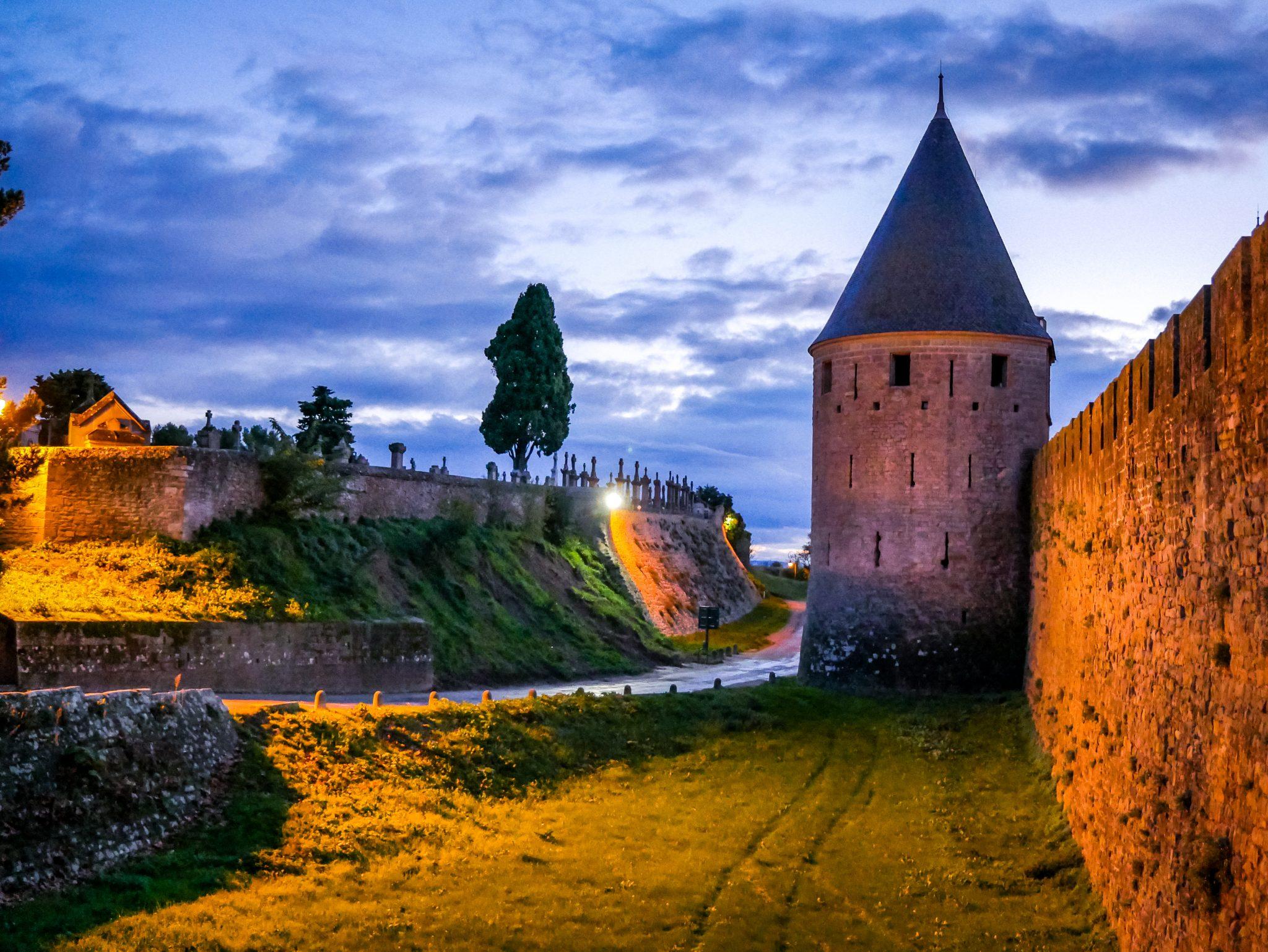 Vor der Festung Cité de Carcassonne befindet sich ein riesengroßer Friedhof.