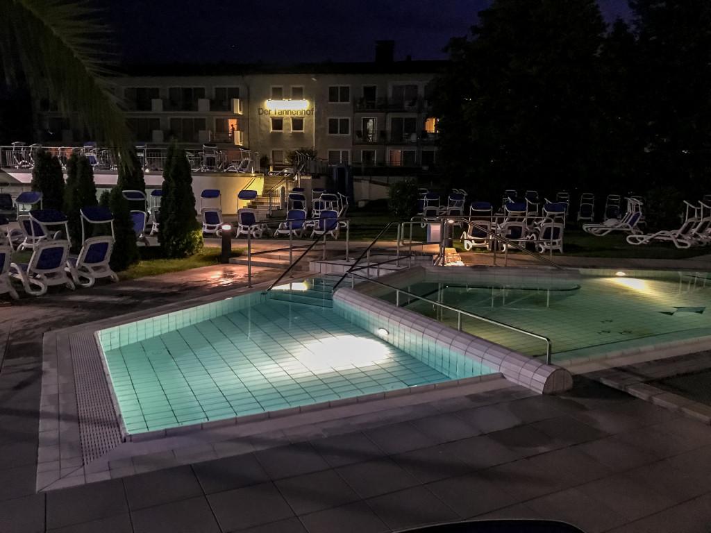 Die Europabad Therme in Bad Füssing bei Nacht.
