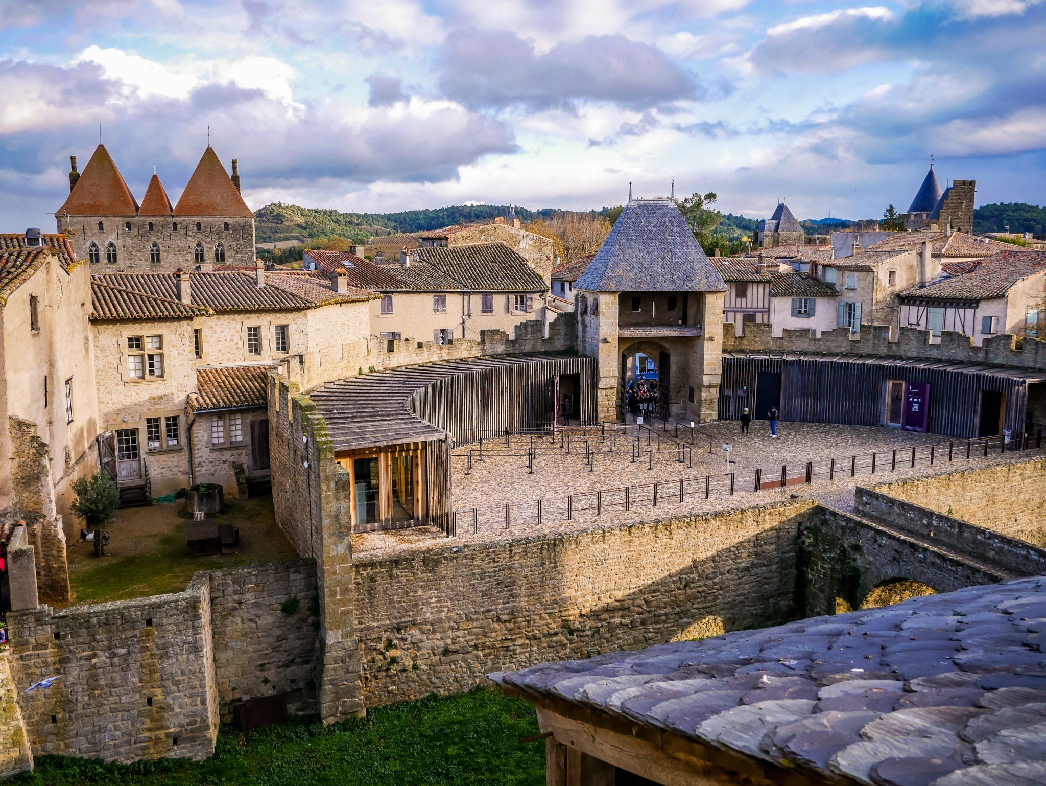 Dies ist der Haupteingang zum Schloss, wo du dein Ticket kaufst und deine Tasche kontrolliert wird.