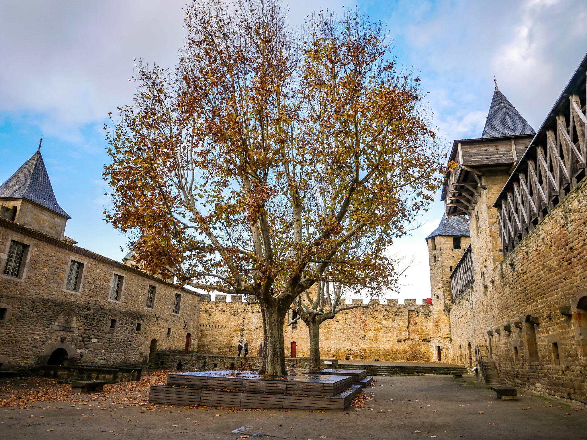 Das ist der Innenhof vom Schloss Carcassonne
