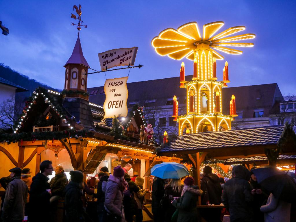 Die Glühweinpyramide auf dem Weihnachtsmarkt von Heidelberg kann man schwer übersehen.