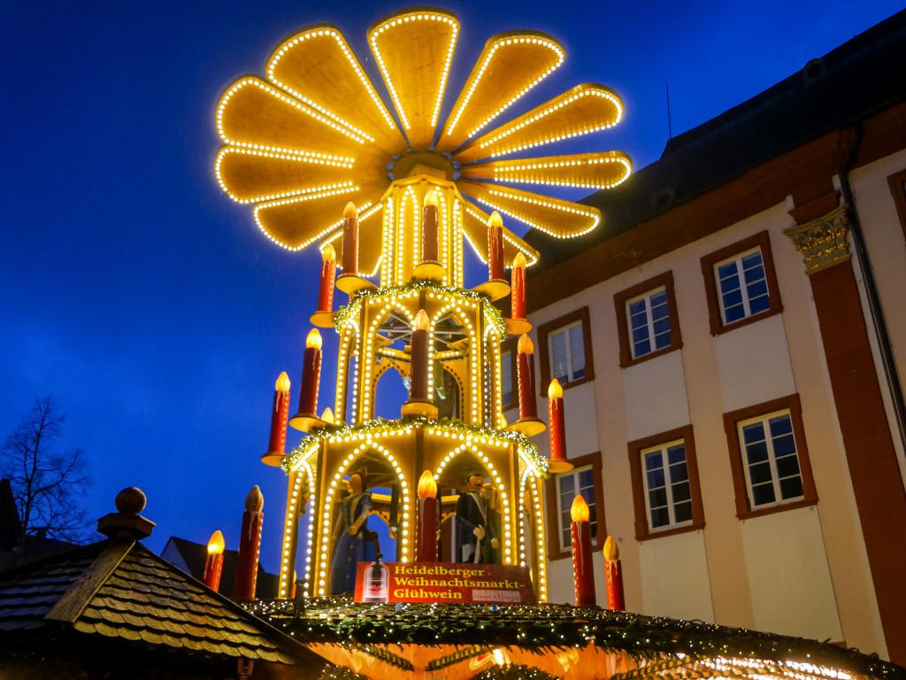Mir persönlich gefallen solche Glühweinpyramiden, wie sie auf dem Weihnachtsmarkt von Heidelberg steht richtig gut.