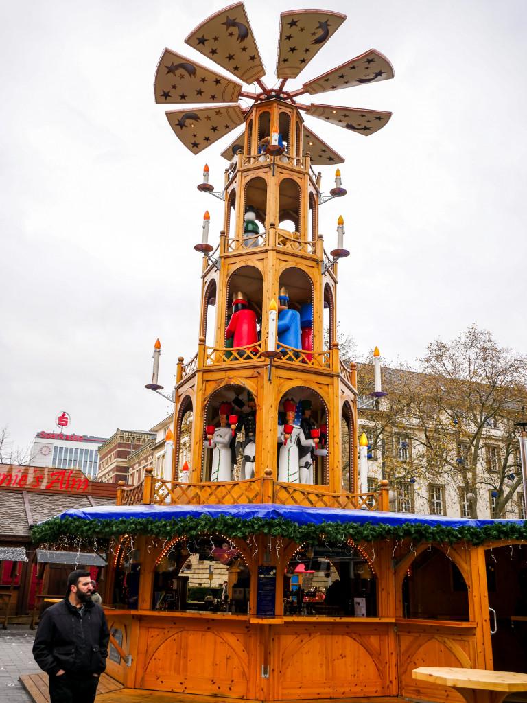 Auf dem Duisburger Weihnachtsmarkt steht eine riesengroße Glühweinpyramide.