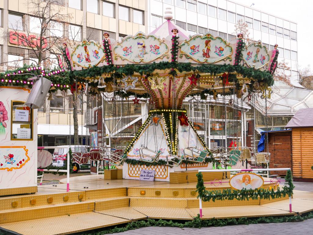 Der Duisburger Weihnachtsmarkt bietet auch Unterhaltung für die Kleinen an, denn es gibt dort ebenfalls ein Kinderkarussell.