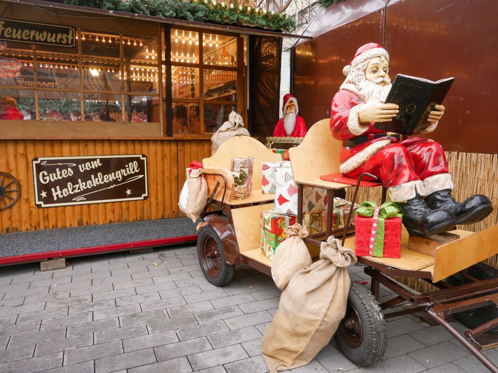 Einen sehr schön geschmückten Wagen von Santa könnt ihr vorfinden.