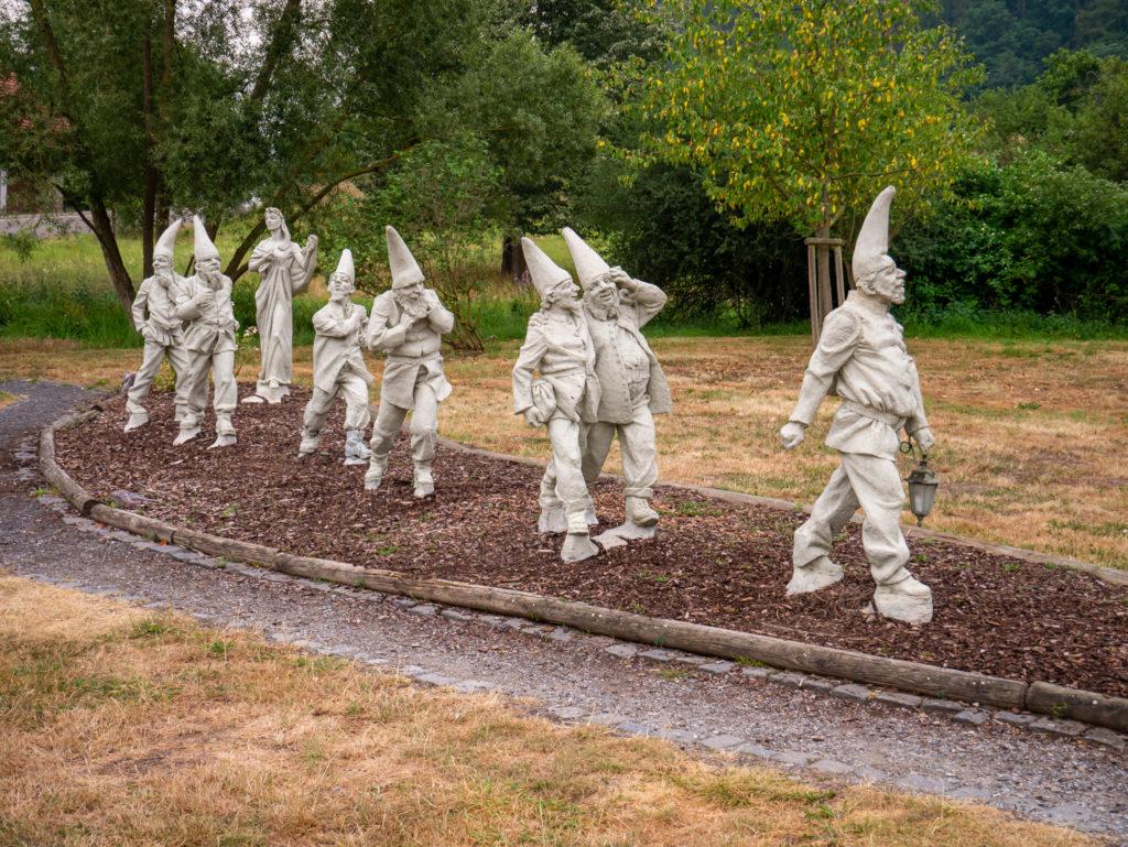 In dem Schneewittchendorf (Bergfreiheit) sind wunderschöne Statuen von den sieben Zwergen und Schneewittchen.