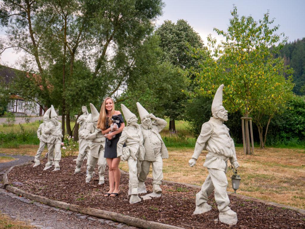 Die Statuen von den sieben Zwergen und Schneewittchen kann man gar nicht übersehen, denn sie befinden sich in der Nähe vom Schneewittchenhaus.