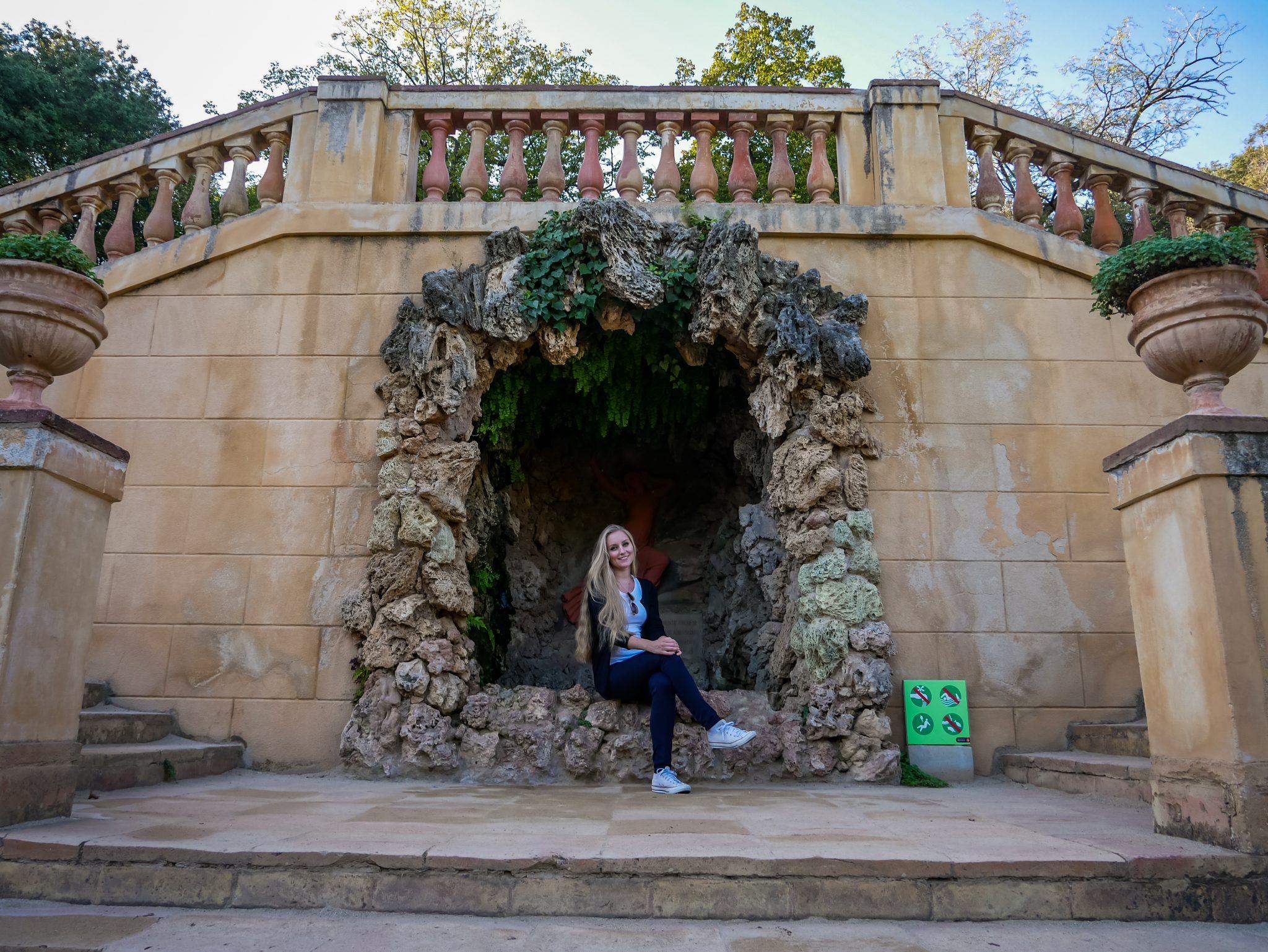 """Direkt am Haupteingang zum Labyrinth im Park """"Parc del Laberint d´Horta"""" befindet sich dieses schöne Kunstwerk."""