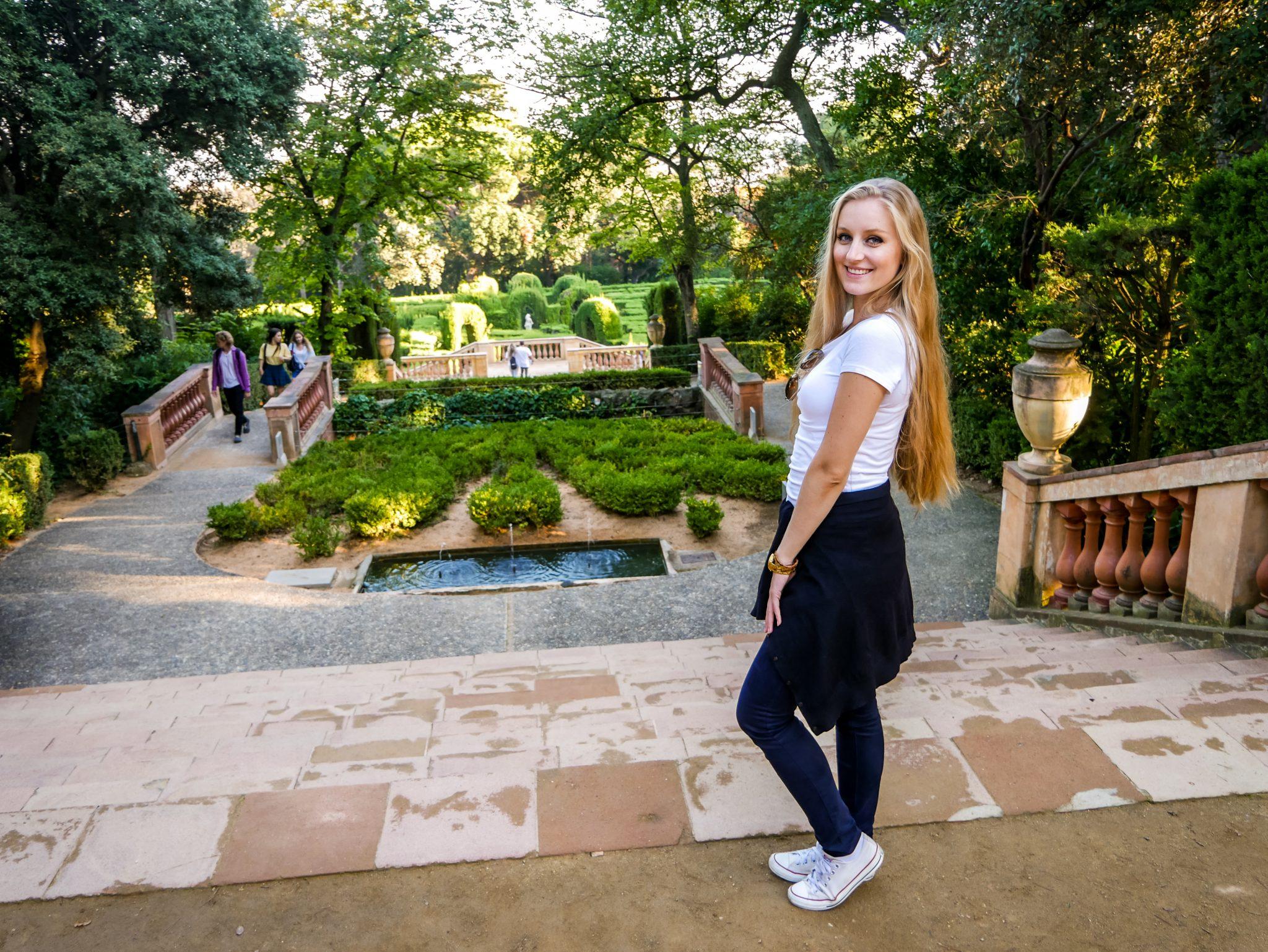 """Bereits von weitem kann man das Labyrinth im Park """"Parc del Laberint d´Horta"""" erkennen."""