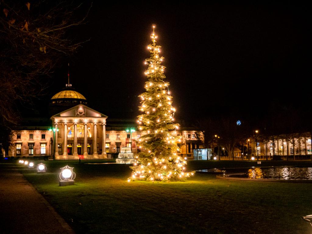 Das Kurhaus in Hessens Landeshauptstadt (Wiesbaden) wird sowieso immer herrlich angestrahlt, zur Weihnachtszeit befinden sich jedoch noch zwei wunderschöne Weihnachtsbäume auf dem Platz.