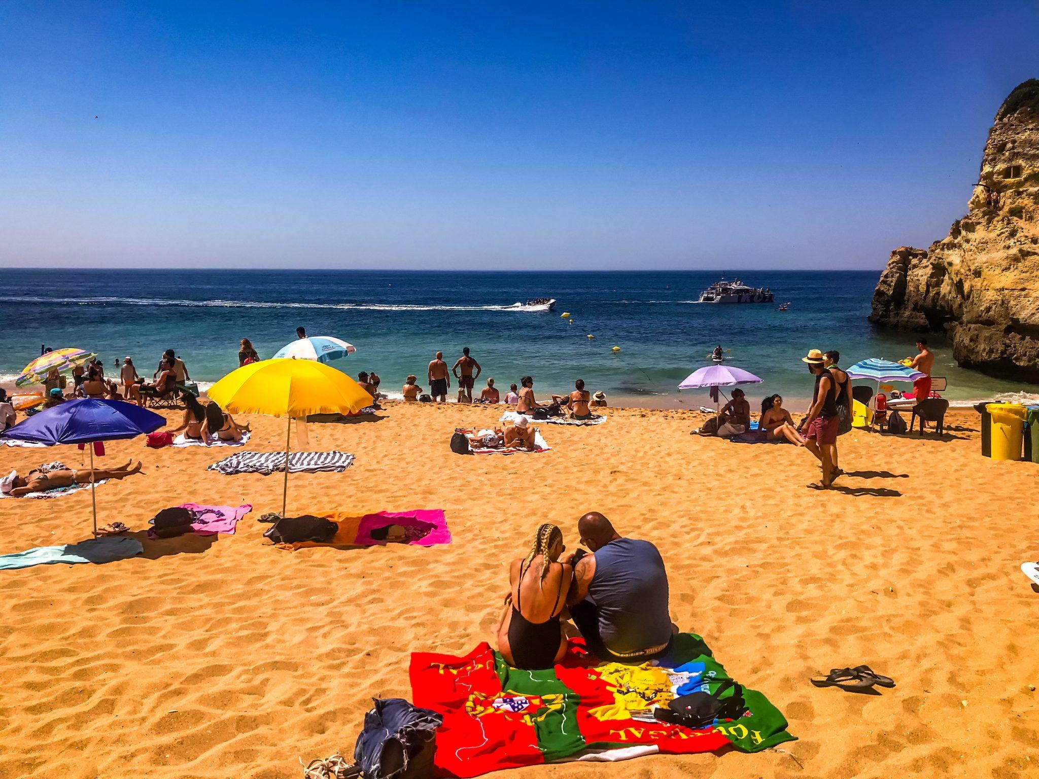 """Viele besuchen den Strandabschnitt (leider) """"nur"""" zum Baden. Du solltest jedoch nicht nur faul herumliegen, sondern auch die wunderschöne Gegend erkunden."""