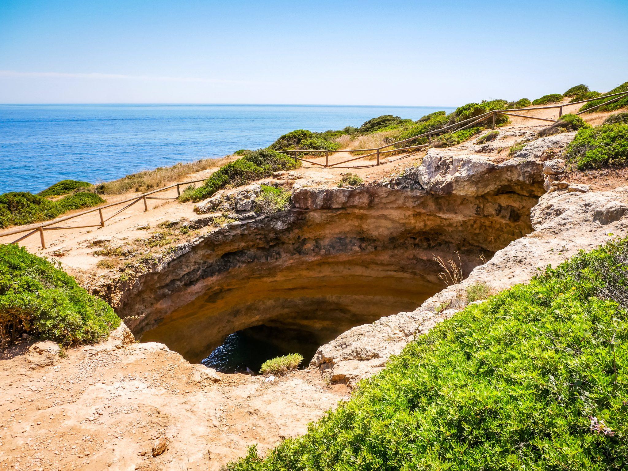 Auch von oben ist die berühmte Höhle Praia de Benagil bemerkenswert!