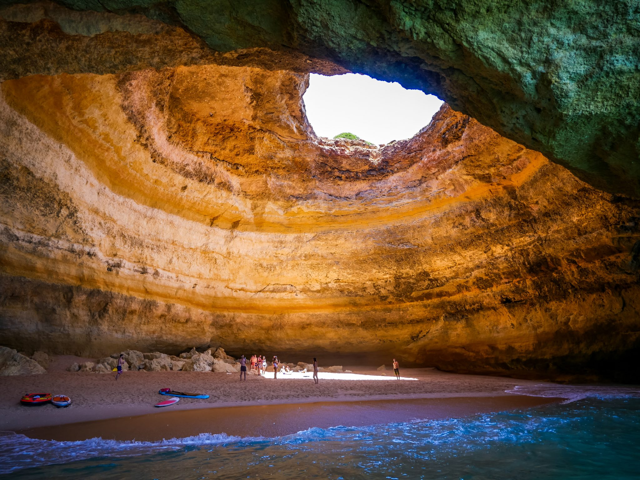 Viele schwimmen vom Strand zu der berühmten Höhle mit einer Luftmatratze oder einem Kayak.