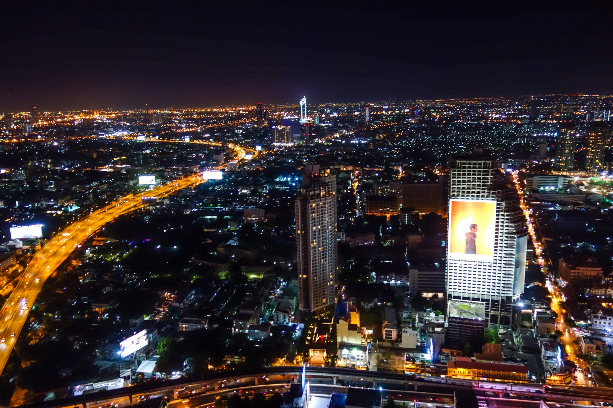 Bangkok sieht von dort oben sehr friedlich aus - anders, als wenn man unten im Chaos auf den Straßen ist.