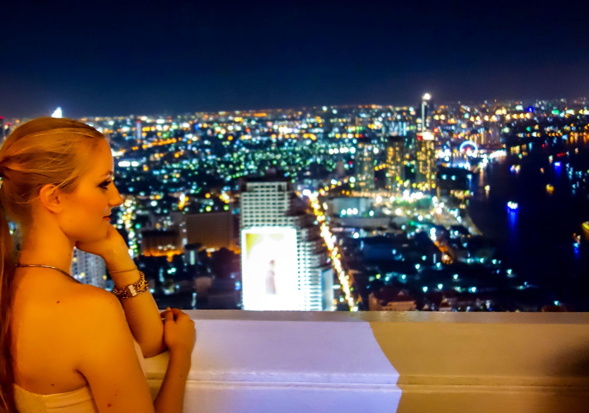 Genieße die Aussicht von dort oben, Bangkok sieht herrlich von dieser Perspektive aus!